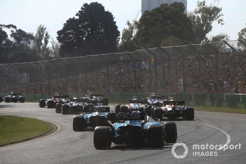 George Russell, Williams Racing FW42, e Robert Kubica, Williams FW42, chiudono il gruppo alla partenza