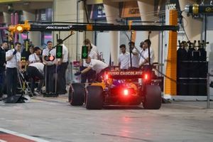 Carlos Sainz Jr., McLaren MCL34, arriva al box durante le qualifiche