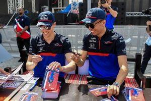 Daniil Kvyat, Toro Rosso et Alexander Albon, Toro Rosso, signent des autographes