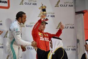 Charles Leclerc, Ferrari, troisième, soulève son trophée