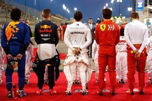Carlos Sainz Jr., McLaren, Max Verstappen, Red Bull Racing, Lewis Hamilton, Mercedes AMG F1, Charles Leclerc, Ferrari, en Sebastian Vettel, Ferrari, op de grid voor het nationale volkslied