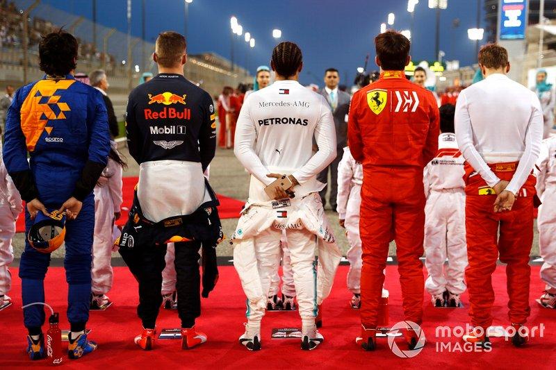 Carlos Sainz Jr., McLaren, Max Verstappen, Red Bull Racing, Lewis Hamilton, Mercedes AMG F1, Charles Leclerc, Ferrari, y Sebastian Vettel, Ferrari, durante el himno