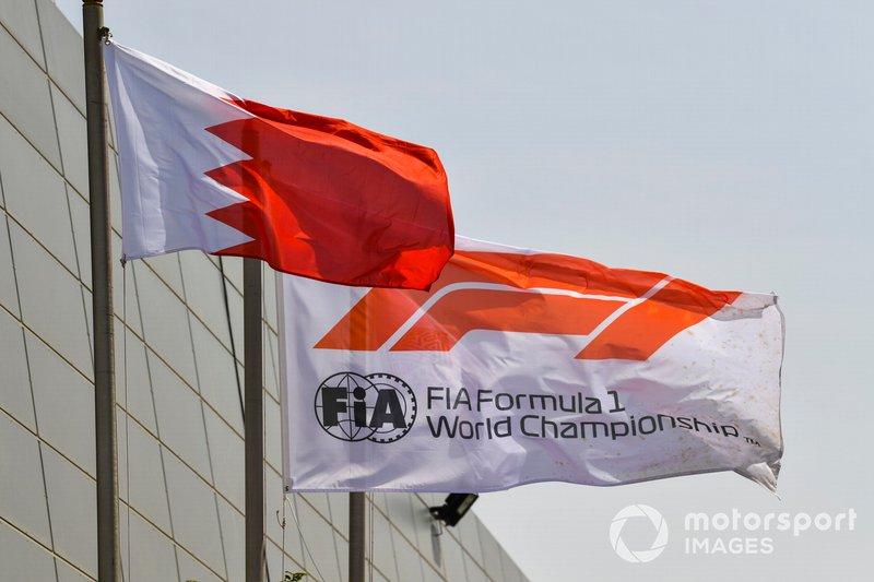 Las banderas de la FIA Fórmula 1 y Bahrein