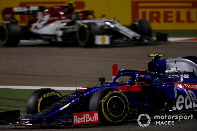 Alexander Albon, Toro Rosso STR14, precede Antonio Giovinazzi, Alfa Romeo Racing C38