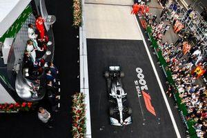 Valtteri Bottas, Mercedes AMG F1, il vincitore della gara Lewis Hamilton, Mercedes AMG F1 e Sebastian Vettel, Ferrari sul podio con il logo della gara numero 1000