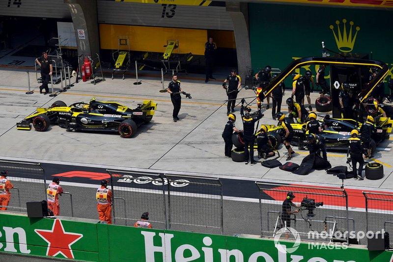 Nico Hulkenberg, Renault F1 Team R.S. 19, and Daniel Ricciardo, Renault F1 Team R.S.19, in the pit lane