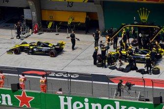Nico Hulkenberg, Renault F1 Team R.S. 19, et Daniel Ricciardo, Renault F1 Team R.S.19, dans la voie des stands