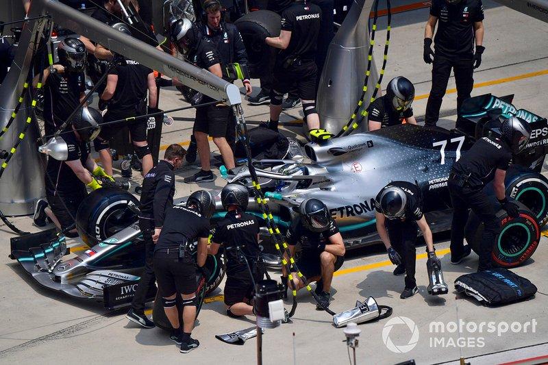 Valtteri Bottas, Mercedes AMG W10, effettua un pit stop durante le prove