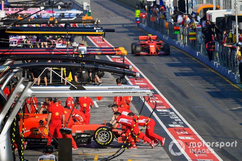 Sebastian Vettel, Ferrari SF90, torna al box mentre Charles Leclerc, Ferrari SF90, si avvicina