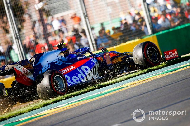Alexander Albon, Toro Rosso STR14 se sale a la hierba