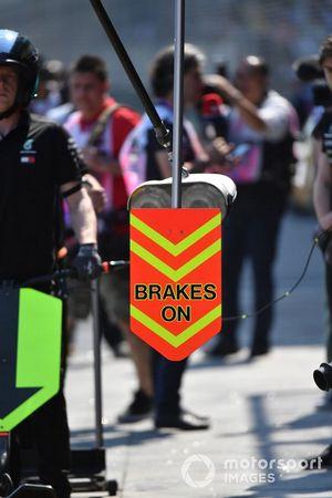 Знак «Brakes On» на пит-лейне