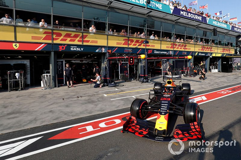 Max Verstappen, Red Bull Racing RB15, esce dai box