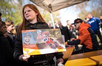 Een fan bij de signeersessie met Jeffrey Herlings