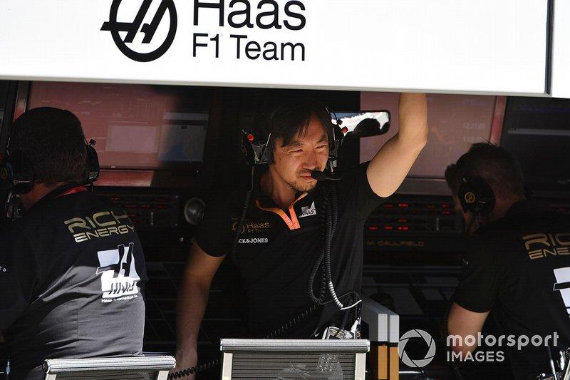 Ayao Komatsu, Chief Race Engineer, Haas F1, on the pit wall