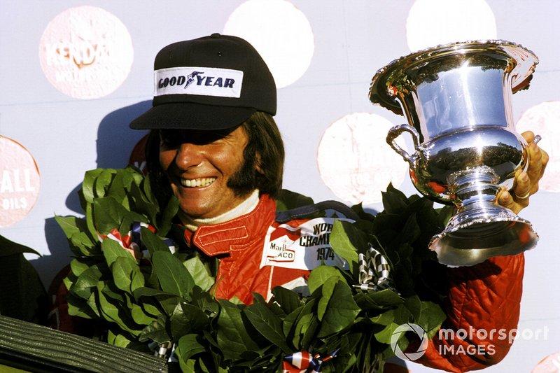 Гонщик McLaren Эмерсон Фиттипальди празднует свой второй чемпионский титул