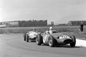 Fritz d'Orey, Maserati 250F, precede Chris Bristow, Cooper T51 Borgward