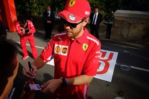 Sebastian Vettel, Ferrari, firma autógrafos para los fans
