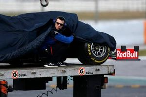 The car of Alex Albon, Scuderia Toro Rosso STR14 is recovered on a truck