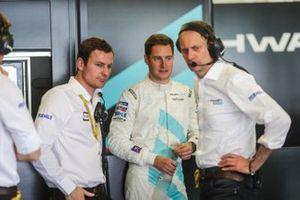 Stoffel Vandoorne, HWA Racelab, VFE-05, I teh garage with his team