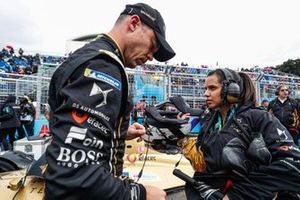 Andre Lotterer, DS TECHEETAH, with a team member on the grid, who carries his helmet