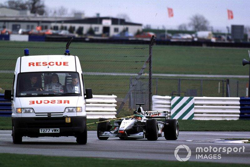 Olivier Panis, McLaren Mercedes est ramené au stand après une casse moteur