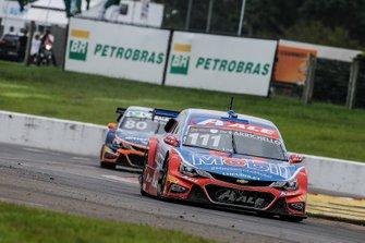 Rubens Barrichello à frente de Marcos Gomes no Velopark
