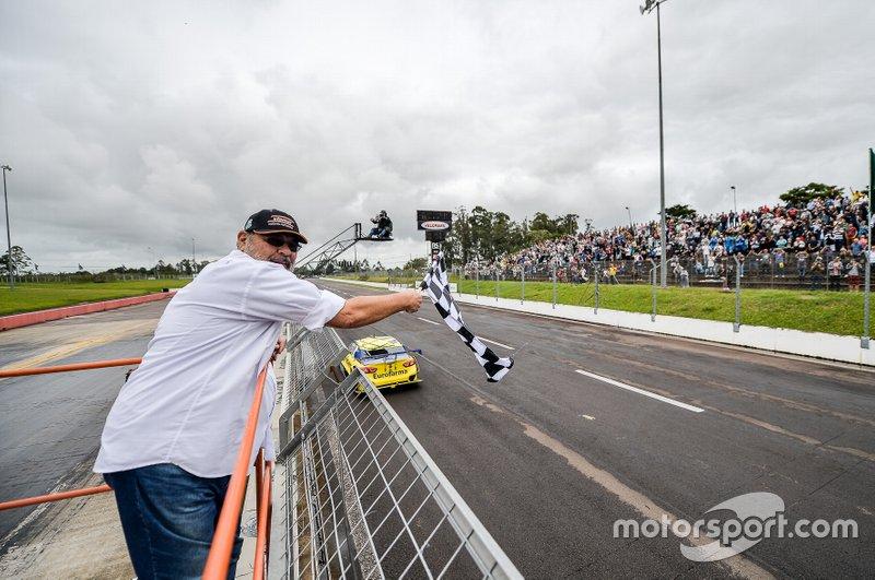 Paulo Gomes, primeiro campeão da história da Stock Car, deu a bandeirada a Daniel Serra no Velopark