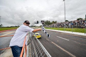 Paulo Gomes dá a bandeirada a Daniel Serra no Velopark