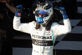 Le vainqueur Valtteri Bottas, Mercedes AMG F1, fête sa victoire dans le Parc Fermé