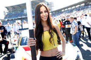 Grid girl van Augusto Farfus, BMW Team RMG