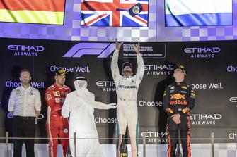Bradley Lord, hoofd communicatie Mercedes-Benz Motorsport, Sebastian Vettel, Ferrari, Lewis Hamilton, Mercedes AMG F1, Max Verstappen, Red Bull Racing, op het podium
