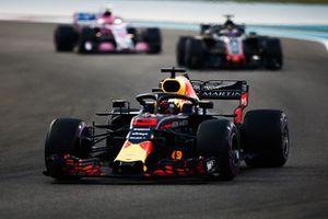 Daniel Ricciardo, Red Bull Racing RB14 leads Romain Grosjean, Haas F1 Team VF-18 and Esteban Ocon, Racing Point Force India VJM11