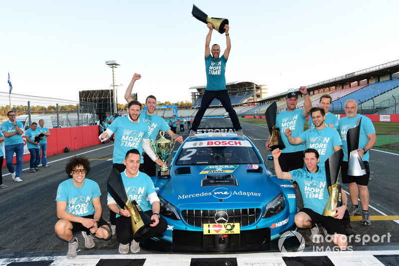Gary Paffett, Mercedes-AMG Team HWA celebrate with the team