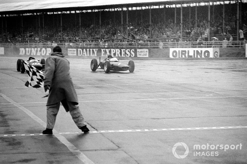 Graham Hill, BRM P578 supera al segundo clasificado Jim Clark, Lotus 24