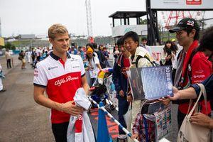 Marcus Ericsson, Sauber signs autographs for fans