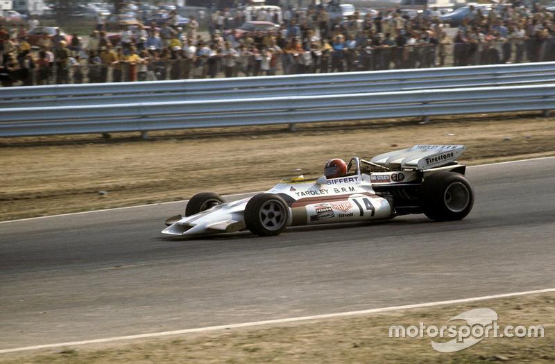 Второе место досталось Йо Зифферту из BRM, но у него заканчивалось топливо, потому швейцарский гонщик и не думал о погоне за лидером, отставая все больше.