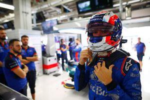 Pierre Gasly, Toro Rosso, ajuste son casque dans le garage