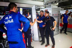 Toyoharu Tanabe, Direttore tecnico F1, Honda, e gli ingegneri Toro Rosso, festeggiano il buon esito delle Qualifiche