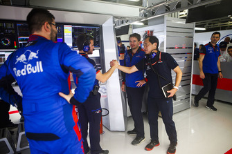 Toyoharu Tanabe, F1 Technical Director, Honda, and Toro Rosso engineers celebrate a good result in Qualifying