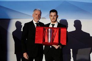 Pietro Innocenti premia Gianmarco Quaresmini