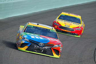 Kyle Busch, Joe Gibbs Racing, Toyota Camry M&M's e Joey Logano, Team Penske, Ford Fusion Shell Pennzoil