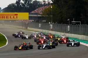 Max Verstappen, Red Bull Racing RB14, devant Lewis Hamilton, Mercedes AMG F1 W09 EQ Power+, Max Verstappen, Red Bull Racing RB14, et Valtteri Bottas, Mercedes AMG F1 W09 EQ Power+, au départ