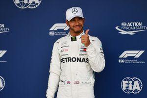 Zdobywca pole position Lewis Hamilton, Mercedes AMG F1, cieszy się w parku zamkniętym