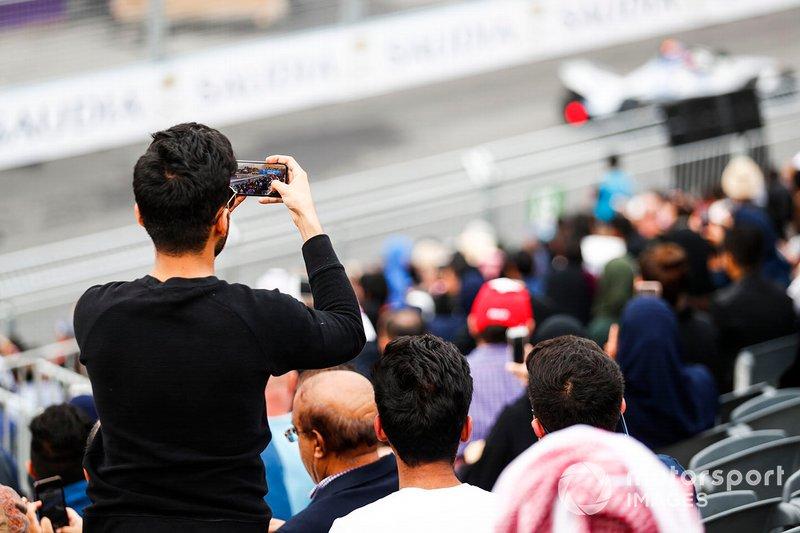 Un tifoso filma la gara