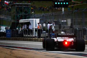 Romain Grosjean, Haas F1 Team VF-18, sort des stands