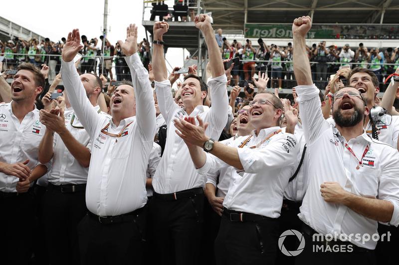 Ron Meadows, Director Deportivo, Mercedes AMG, Toto Wolff, Director Ejecutivo (Negocio), Mercedes AMG y compañeros de equipo de Mercedes celebran la pole para Lewis Hamilton, Mercedes AMG F1