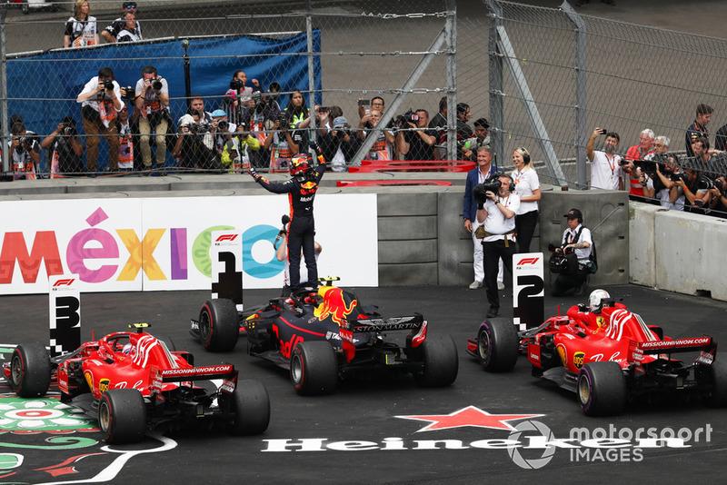 Max Verstappen, Red Bull Racing, celebra en Parc Ferme, mientras Kimi Raikkonen, Ferrari y Sebastian Vettel, Ferrari aparcan sus coches