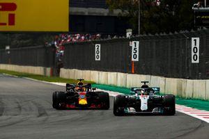 Lewis Hamilton, Mercedes AMG F1 W09 EQ Power+, precede Daniel Ricciardo, Red Bull Racing RB14