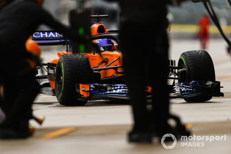 Fernando Alonso, McLaren MCL33, mecánicos de Williams en el trabajo en el garaje
