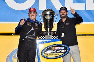 Celebra tras ganar el campeonato Brett Moffitt, Hattori Racing Enterprises, Toyota Tundra AISIN Group
